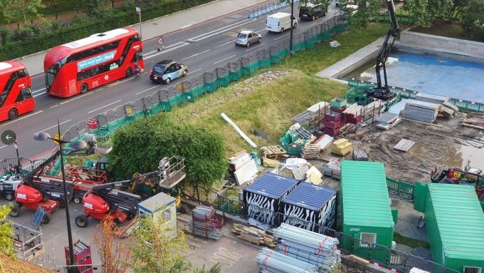 Khung cảnh khách nhìn từ đỉnh đồi xuống không hề thơ mộng như trong quảng cáo. Ảnh: AFP