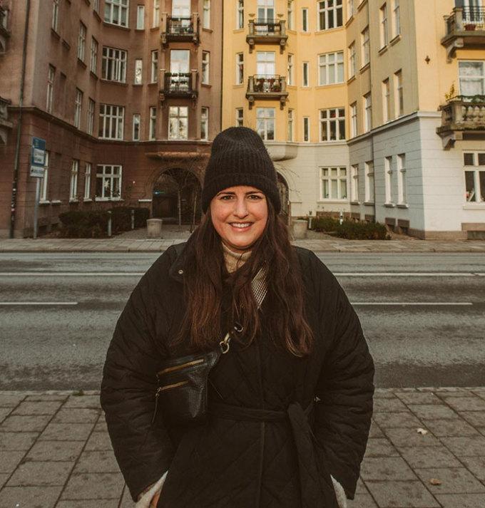Madeline Robson, 30 tuổi, đến từ Canada và tới Thụy Điển sinh sống. Cô đang điều hành một blog, nơi Robson để ghi lại cuộc sống và những chuyến du lịch của cô ấy khi sống ở nước ngoài. Trong thời gian thường xuyên ở nhà vì giãn cách do đại dịch, Robson đã đăng lên Tiktok có gần 150.000 người theo dõi những điều cô thấy bất ngờ về cuộc sống của người dân nơi đây, và nhận được nhiều chú ý.