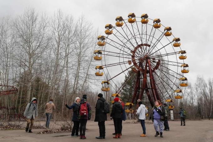 Khi nhà máy hạt nhân Chernobyl ở Ukraine xảy ra sự cố vào năm 1986, thị trấn Kopachi hay Prypyat gần đó đã phải sơ tán khẩn cấp. Đến nay, nơi đây vẫn còn là khu vực hoang tàn, đổ nát và vắng bóng người. Tuy nhiên, bây giờ bạn có thể tham quan một trong những nơi đáng sợ nhất thế giới này bằng một tour đăng ký trước. Ảnh: Lumsa news