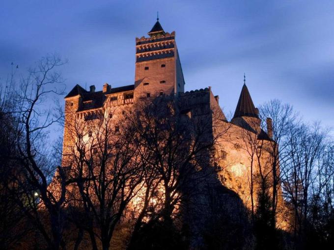 Lâu đài Bran là một trong những kiến trúc nổi tiếng nhất Rumani. Công trình này còn được biết đến với tên gọi vô cùng đặc biệt là Lâu đài Dracula. Sở dĩ nó có tên gọi như thế khi tác giả Bram Stocker viết cuốn tiểu thuyết đình đám thế giới Dracula với nhân vật chính là ngài Bá tước Dracula quyền quý và bí ẩn - đồng thời cũng chính là Ma cà rồng đáng sợ. Ảnh: Business Insider
