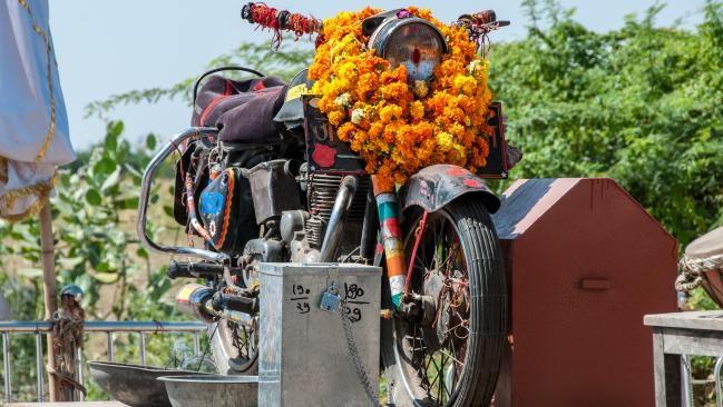 Đền thờ Ghost Rider (Ma tốc độ) ở Ấn Độ là cái tên thứ ba được nhắc đến. Cách đây 30 năm, một chàng trai trẻ đã gặp tai nạn khi đang lái xe máy về nhà. Cậu đâm vào cây và tử nạn. Người dân liều báo cho cảnh sát, và họ đưa chiếc xe máy về đồn. Điều bất ngờ là sáng hôm sau, chiếc xe bỗng quay lại đúng nơi chủ gặp nạn. Điều này xảy ra nhiều lần sau đó, khiến người dân quyết định lập đền thờ chiếc xe. Đến nay, câu chuyện này được kể lại như một truyền thuyết, nhưng ngôi đền thì có thật. Nó được đặt trên một cột bê tông, trang trí bởi những tràng hoa để bảo vệ cho hàng triệu người đi xe máy trong khu vực. Ảnh: Pinterest