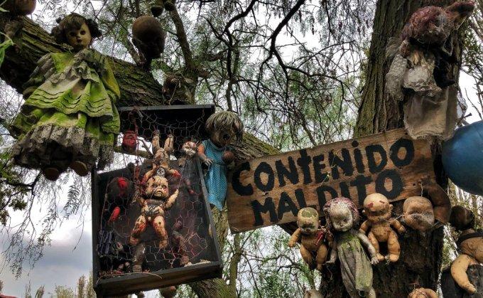 Nằm sâu trong những cánh rừng ở Xochimilco, Mexico, hòn đảo nhỏ mang tên Isla de las Muñecas (Đảo búp bê) có hàng trăm con búp bê đáng sợ. Chúng đều bị bào mòn với hình hài không đầy đủ. Nhiều du khách đến đây đều chia sẻ cảm giác ám ảnh bởi những đôi mắt trống rỗng, vô hồn của chúng, ngay cả dưới ánh nắng ban ngày. Ảnh: El Universal