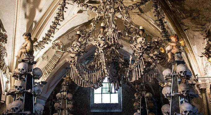 Nằm ở ngoại ô thành phố Kutna Hora, nhà thờ Sedlec Ossuary nhìn từ bên ngoài không có gì quá khác biệt so với các nhà thờ khác. Nhưng trên thực tế, nhà thờ trang trí từ hơn 40.000 bộ xương người, và trở thành một trong những nhà thờ đặc biệt nhất trên thế giới. Chính vì lẽ đó, nó còn được gọi được gọi là nhà thờ xương người (Church of Bones/Bone Church). Ảnh:
