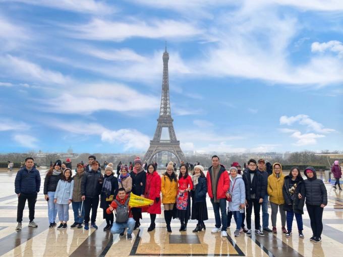 Đoàn chụp ảnh trước tháp Eiffel, Paris, Pháp.