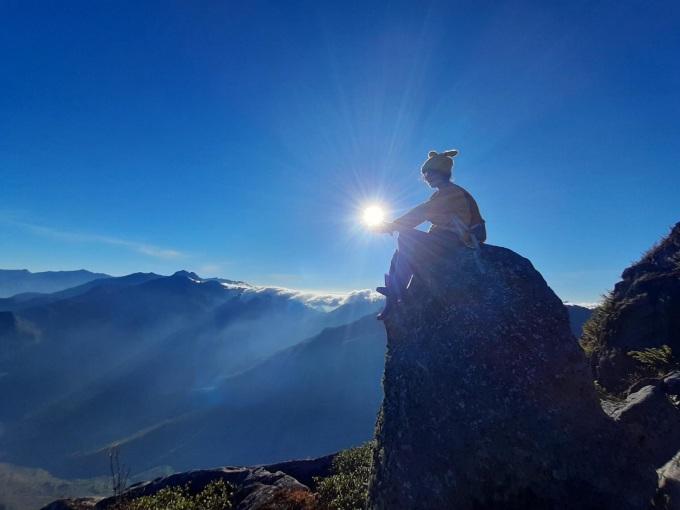 Đỉnh Chung Nhía Vũ (2.918 m) ở khu vực xã Nậm Xe, huyện Phong Thổ, Lai Châu, là ranh giới tự nhiên trên đường biên Việt - Trung, nằm gần các mốc giới 83, 84; chân núi gần mốc 85. Từ Hà Nội, du khách di chuyển lên Sapa, rồi qua Y Tý, sau đó từ Y Tý sang Nậm Xe. Đường đi Chung Nhía Vũ chủ yếu men theo suối, những cánh rừng nguyên sinh gần như nguyên vẹn với cây to thân gỗ cao 50 m. Ngọn núi khá xa dân cư và lại là rào chắn tự nhiên với Trung Quốc, thu hút cộng đồng xê dịch ba miền đến chinh phục. Ảnh: Tiểu Châu