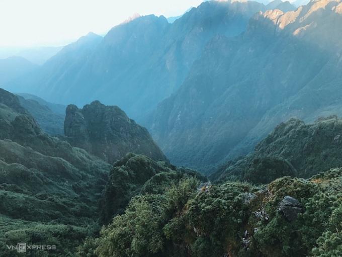 Fansipan (3.143 m) là đỉnh núi cao nhất Việt Nam, được mệnh danh là Nóc nhà Đông Dương, nằm trong Vườn quốc gia Hoàng Liên, cách trung tâm thị trấn Sa Pa, Lào Cai khoảng 9 km. Thời gian phù hợp để leo Fansipan là từ tháng 9 đến tháng 4, thời tiết khô ráo, không quá lạnh.   Hiện có 3 con đường bộ đến đỉnh Fansipan, trong đó tuyến Trạm Tôn được khai thác du lịch nhiều nhất với chiều dài đường đi ngắn nhất song vẫn có địa hình khá đa dạng và thuận lợi hơn, bạn sẽ mất khoảng 2 ngày 1 đêm. Điểm nghỉ phổ biến cho cung này 2.200 m vào buổi trưa và 2.800 m vào buổi tối. Ảnh: Ngân Dương
