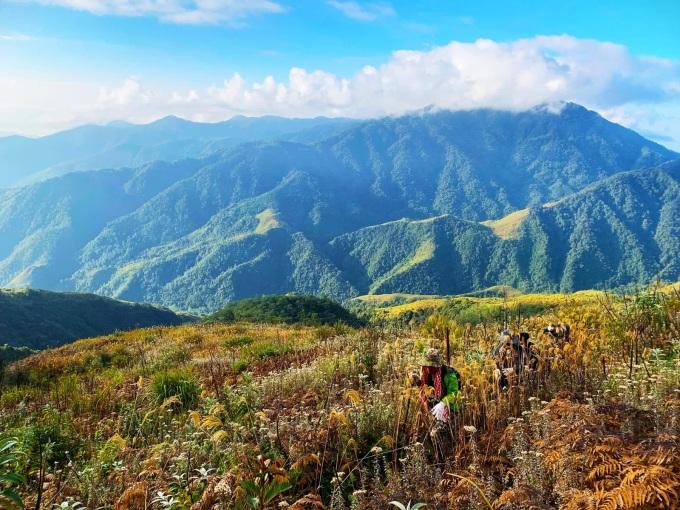 Đỉnh núi Pusilung (3.083 m) nằm ở xã Pa Vệ Sử, huyện Mường Tè giáp biên giới Trung Quốc. Đây là ngọn núi cao thứ hai Việt Nam chỉ xếp sau Fansipan. Cung leo 3 ngày 2 đêm với tổng chiều dài hơn 60 km là điểm đến trong mơ của những người có kinh nghiệm leo núi vì đây là cung dài, khắc nghiệt bậc nhất Tây Bắc.  Để đến được đỉnh, người leo núi phải vượt qua khoảng 11 con suối lớn nhỏ, những cánh rừng nguyên sinh hoang sơ, các đoạn rừng lau, cỏ tranh, rừng trúc, dẻ, sồi, đỗ quyên vàng cổ thụ... đặc biệt sẽ đặt chân đến cột mốc 42 được xây dựng năm 2008, đây là mốc biên giới cao thứ hai trên toàn lãnh thổ Việt Nam (chỉ sau mốc 79) nằm trên cao độ 2.866 m. Ảnh: Đức Hùng