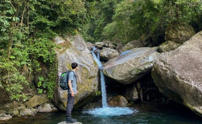 Ngọn núi Putaleng (3.049 m) nằm trong xã Tả Lèng, huyện Tam Đường, tỉnh Lai Châu. Cung leo núi dài, địa hình núi dốc dựng đứng, mất khoảng 2 ngày 1 đêm, xuất phát từ bản Phô, xã Hồ Thầu và về đường Tả Lèng để ngắm được hết cảnh đẹp của núi rừng và có trải nghiệm leo khác nhau.   Đường đến Putaleng đi qua suối Thầu hiền hòa, nhiều đoạn có đá lớn tạo thành các hồ chứa nước nhỏ, trong lành và mát rượi. Thử thách khó nhằn của Putaleng là ba ngọn núi dốc dựng đứng không có một đoạn bằng phẳng, nhiều đoạn người leo núi phải đu mình lên những nhánh cây rừng, có chỗ phải bò bằng 4 chi... chặng chủ yếu đi dưới tán lá rừng nên tránh được nắng nóng. Ảnh: Trương Minh Thùy