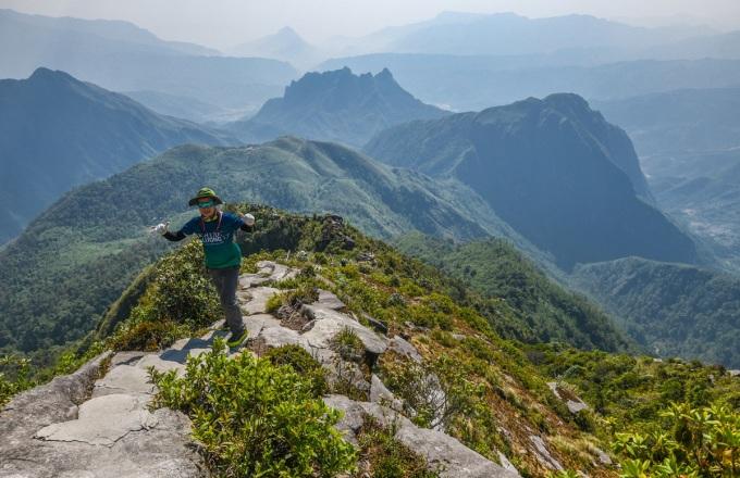 Dãy Ky Quan San (3.046 m) hay Bạch Mộc Lương Tử, là ranh giới tự nhiên phân chia hai tỉnh Lai Châu và Lào Cai, đỉnh mới được khai phá đường lên năm 2012. Du khách có thể lựa chọn khởi hành từ một trong hai địa phương này, nhưng phổ biến nhất là cung xuất phát từ xã Sàng Ma Sáo, huyện Bát Xát, Lào Cai. Núi Muối thuộc dãy Ky Quan San có đỉnh cao nhất trên 3.000 m là một trong những điểm ngắm mây và bình minh đẹp nhất nhì ở miền núi phía Bắc. Chinh phục đỉnh Ky Quan San vào tháng 5, du khách sẽ có cơ hội ngắm nhìn những thửa ruộng bậc thang của người Mông vào mùa nước đổ. Ảnh: Kiều Dương