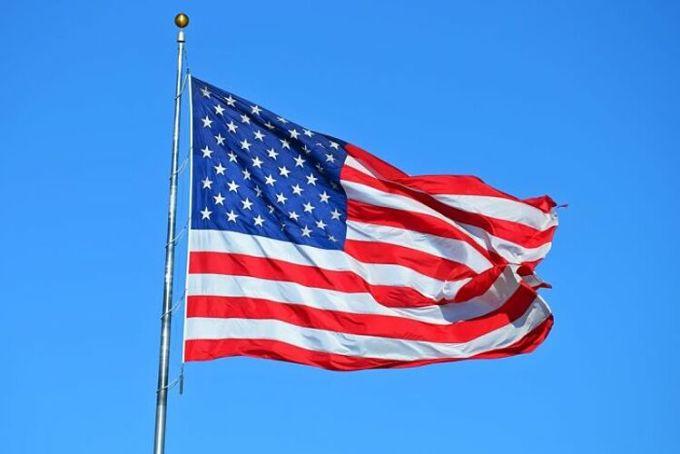 Người Mỹ rất yêu nước, và họ có một niềm tự hào dân tộc là nhận xét của một du khách Đức, khi đến đây và tham gia làm việc tại một trại hè cho thiếu nhi. Vào buổi sáng, điều đầu tiên họ làm là đứng dưới lá cờ và hát quốc ca. Chúa ơi, tôi thậm chí còn không nhớ lần gần nhất mình hát quốc ca Đức là bao giờ. Sau khi lũ trẻ hát xong, thì có hai anh chàng người Mỹ ngồi đập bàn và cùng nhau hô to: Nước Mỹ, nước Mỹ. Lần này thì tôi gần như á khẩu.