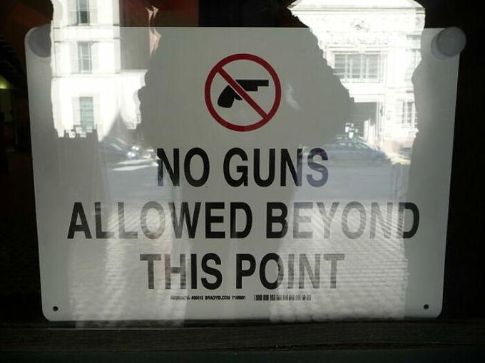 Khi tôi còn nhỏ, mẹ có dẫn tôi đến Florida chơi vào vào một bảo tàng. Tại đó, họ yêu cầu người dân không được mang súng theo. Tôi đã rất sốc và mẹ giải thích rằng, tại đây người dân được phép sở hữu súng.Lần đầu tiên tôi đi du lịch và ghé vào một quán ăn. Điều khiến tôi sốc nhất là hầu hết thực khách ở đây đều mang theo súng bên mình, một người khác kể lại.