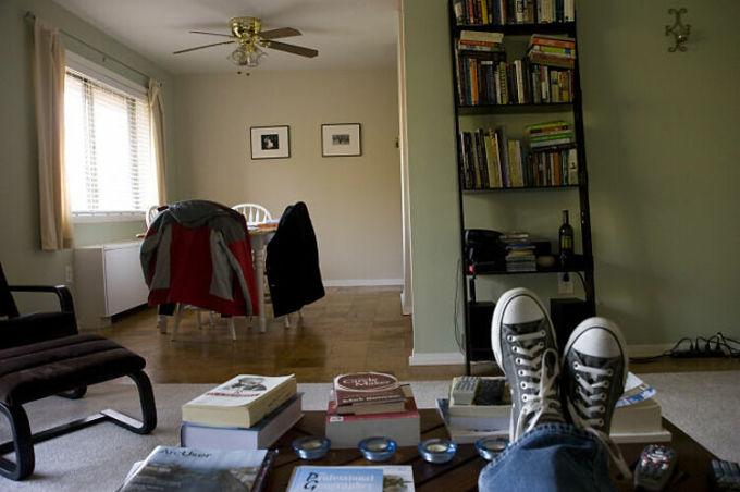 Điều kỳ lạ là nhiều người Mỹ đi giày dép trong nhà. Nhiều du khách nói rằng họ không thích điều này vì nó liên quan đến vấn đề khó làm vệ sinh nhà cửa sạch sẽ. Ảnh: Flickr