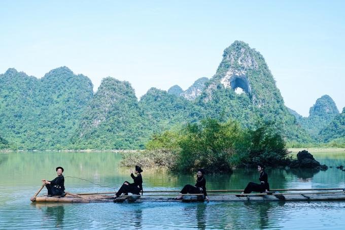 Ngọn núi như nét chấm phá, điểm tô thêm nét đẹp cho hệ thống hồ Thang Hen.