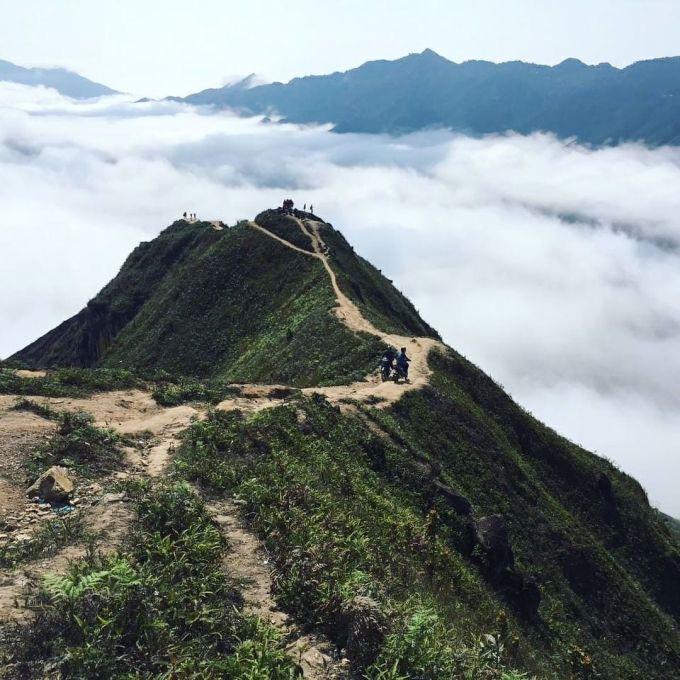 Từ tháng 10 đến tháng 4 năm sau là thời điểm săn mây ở Tà Xùa (2.865 m), nơi giáp ranh giữa hai huyện Trạm Tấu (Yên Bái) và Bắc Yên (Sơn La). Đường đến đỉnh núi có hình dáng như sống lưng khủng long với con đường mòn nhỏ, hai bên là sườn dốc đứng. Điểm cuối đường là nơi du khách có thể chụp ảnh với bốn bề mây trắng cuồn cuộn như sóng. Ảnh: @duc_ngo.van/Instagram