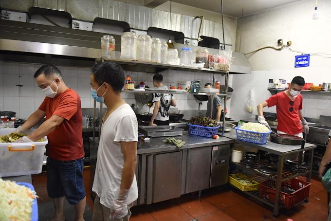 Nhóm của anh Tùng (ngoài cùng bên phải) chuẩn bị các bữa ăn cho y, bác sĩ ngày 8/8.
