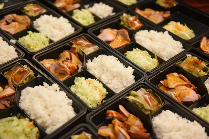 Những suất cơm được chăm chút từ món chính, món rau, ăn kèm và nước chấm.