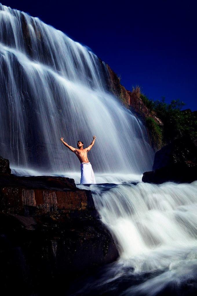 Inra Jaya đứng giữa thác Pongour, Lâm Đồng. Ảnh: NVCC