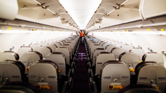 Với nhiều hành khách, chỗ tốt nhất trên máy bay hạng phổ thông là cạnh cửa sổ, hoặc cạnh lối đi. Nhưng với Burfitt, đó là ghế dựa lưng vào tường nhà vệ sinh, ở phía cuối máy bay. Ảnh: Kelly Lacy/Pexels