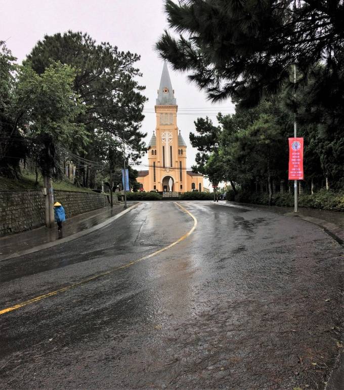 Rainy day, Da Lat street is sparsely trafficked, photos taken
