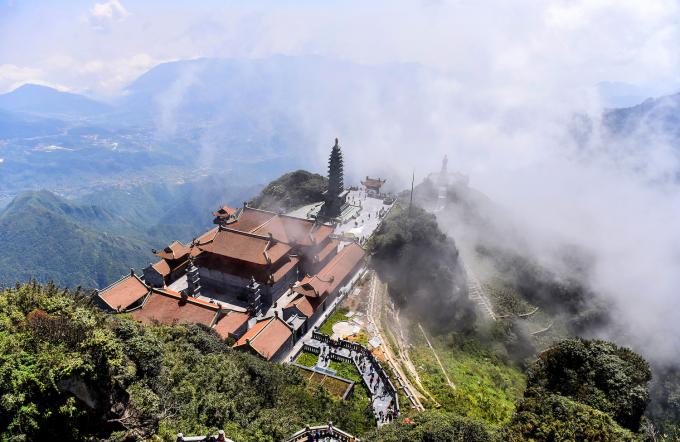 Quần thể tâm linh gần đỉnh Fansipan mờ ảo trong mây. Ảnh: Giang Huy.