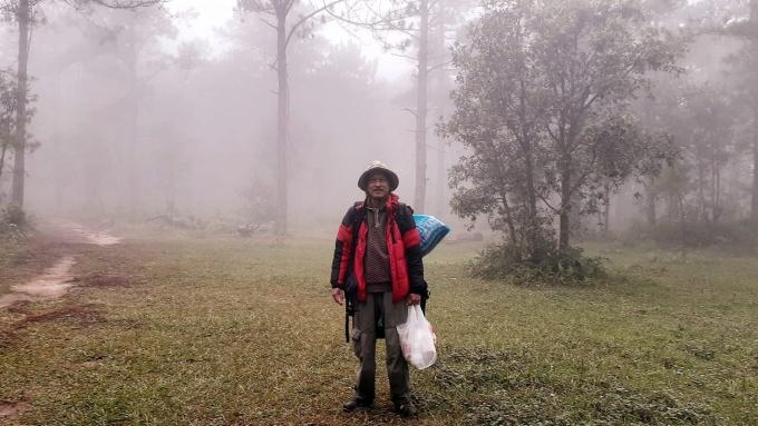 Nhiệt độ ở núi Bà mùa này dao động từ 11 đến khoảng 20 độ C, ông Sơn có mang theo áo khoác, giày và mũ.