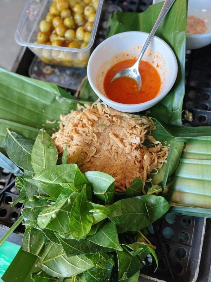 Món nem Phùng ăn kèm với lá sung. Phần nem được bện chặt trong lá chuối nên còn gọi là quả nem. Ảnh: Facebook Chân gà Đăng Khoa Hà Nội