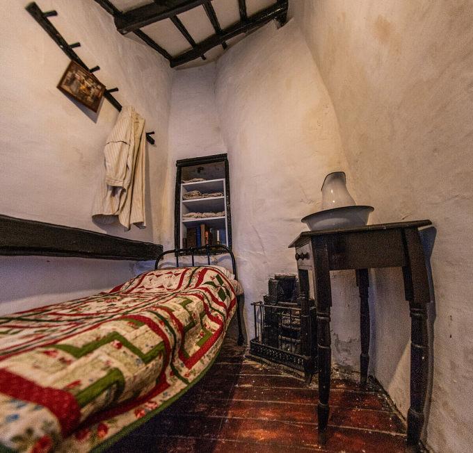 Bên trong phòng ngủ ở Quay House. Ảnh: Atlas Obscura