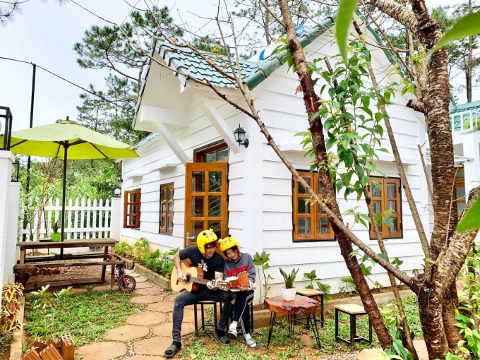 Vợ chồng anh Hùng chơi đàn, đọc sách trước homestay.