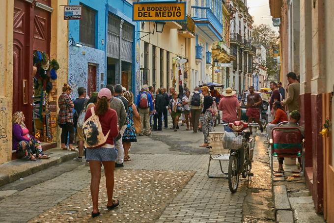 Nhiều du khách cho rằng chia sẻ của người dân Cuba về việc tìm ra người xếp hàng cuối cùng bằng cách nói el ultimo thật sự là một bí kíp hay. Ảnh: Flickr