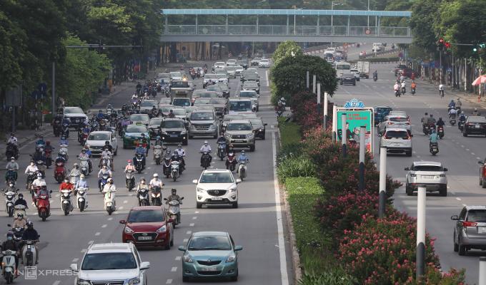 Dòng phương tiện trên đường Nguyễn Chí Thanh (quận Đống Đa) lúc 7h ngày 16/8. Ảnh: Ngọc Thành