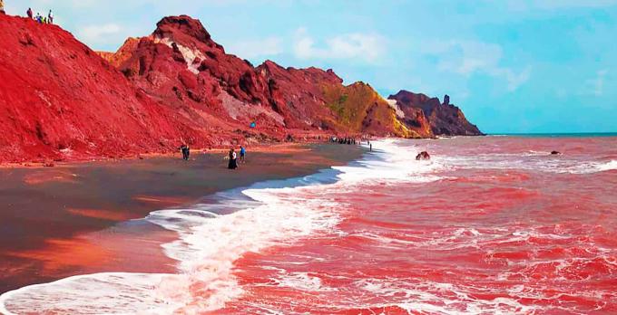 Bãi biển có màu đỏ rực như máu. Ảnh: Saffron and More