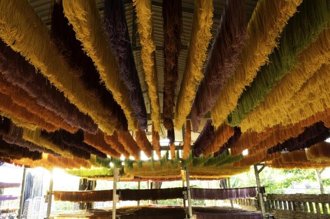 Các cơ sở làm bún khô ở xóm Hồng Quang 2 thường có nhiều đoàn khách, nhiếp ảnh gia ghé thăm, chụp ảnh, đặc biệt công đoạn phơi bún trên sào bắt mắt tạo ra nhiều góc ảnh đẹp. Ảnh: Vũ Khắc Chung
