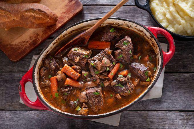 Bò hầm, PhápCái tên thường xuyên được nhắc đến trong danh sách các món ăn nổi tiếng vào mùa thu của nước Pháp chính là bò hầm rau củ Boeuf Bourguignon. Món ăn gồm thịt bò ngâm trong rượu vang đỏ, nước hầm bò cùng các loại gia vị như tỏi, hàn tây, rau thơm, nấm, cà rốt, bơ... Ảnh: Pinterest