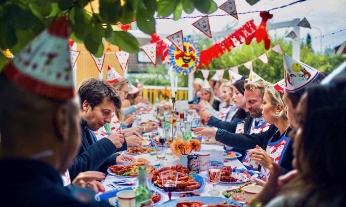 Tôm càng ở Thụy ĐiểnNgười dân địa phương tổ chức buổi lễ tạm biệt mùa hè bằng những bữa tiệc tôm càng (còn gọi là kräftskiva) tại các ngôi nhà ở vùng nông thôn của mình. Họ đội những chiếc mũ giấy hài hước, hát những bài hát vui vẻ, uống một vài ly rượu hoa quả và ăn tôm càng tẩm bột. Ảnh: Globuzzer