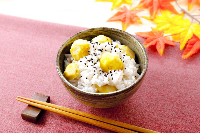 Cơm mới, Nhật BảnDu khách ghé thăm Nhật Bản vào mùa thu có một danh sách dài các món ăn cần thưởng thức. Nhưng một trong những món ý nghĩa nhất, được nhiều người nhắc đến nhất là Shinmai - cơm mới, được nấu từ những hạt gạo trong vụ thu hoạch đầu tiên của mùa thu. Shinmai được cho là có hương vị đặc biệt, khác hẳn với loại lúa thu hoạch quanh năm. Gạo mới này khi nấu lên mềm và ngọt hơn gạo cũ. Du khách chỉ có thể thưởng thức nó từ tháng 9 đến tháng 12. Cơm gạo mới có thể ăn cùng hạt dẻ, nấm Matsuke... để làm tăng thêm hương vị. Ảnh: Wakuwaku