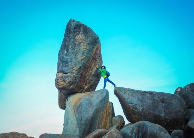 Bà Bích Vân bên đá Hòn Chồng. Ảnh: Robehieu Robe