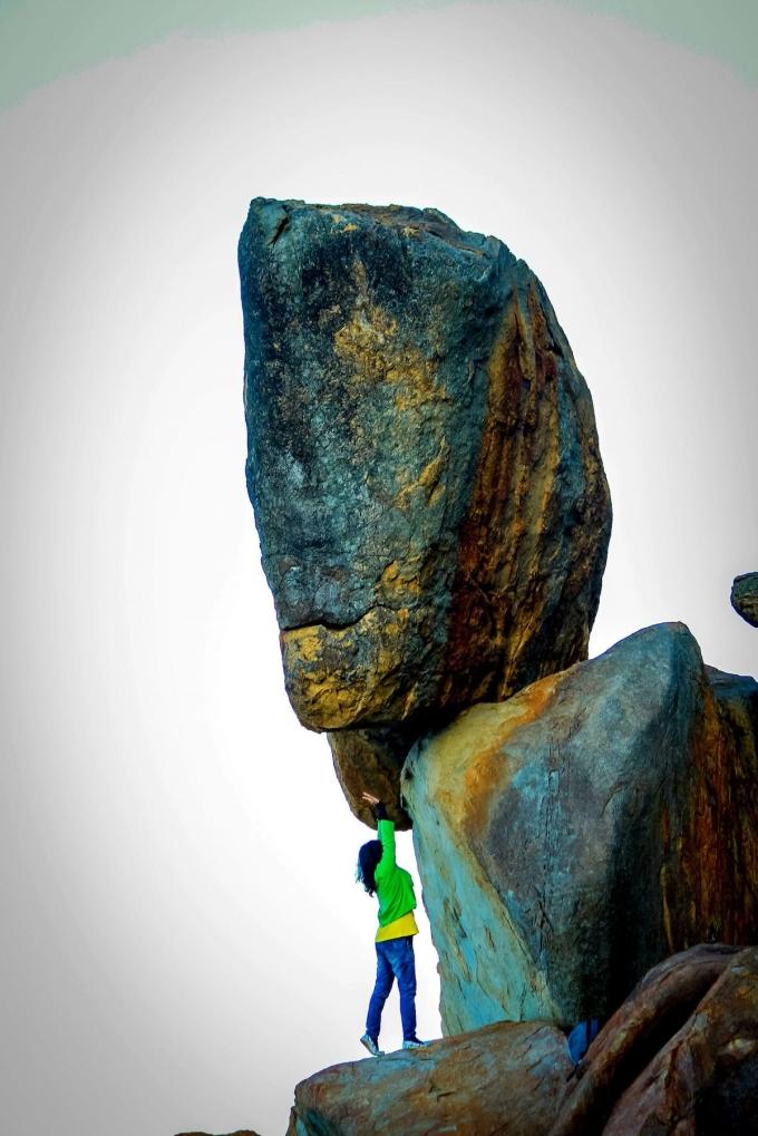 Nhiều du khách lựa chọn đứng bên dưới hòn đá để chụp ảnh. Ảnh: NVCC.
