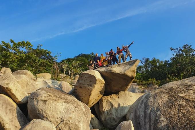 Người leo cung Đá Trắng cần kinh nghiệm và kỹ năng vì phải vượt qua những tảng đá lớn chất chồng lên nhau. Ảnh: Coli Le