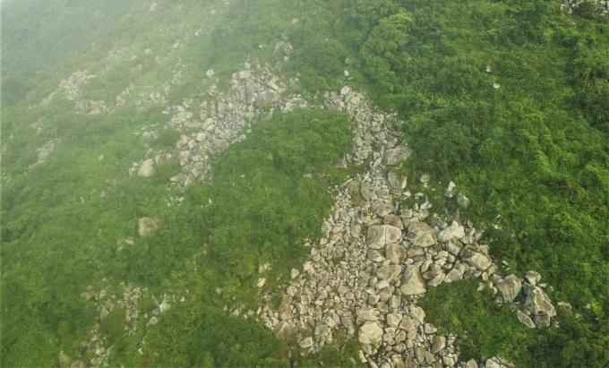 Toàn ảnh bãi Đá Bàn nhìn từ trên cao, hành trình tiếp theo là chinh phục con dốc 700. Ảnh: Coli Le
