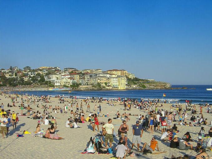 Bãi biển Bondi, Australia là một điểm đến nổi tiếng, được nhiều du khách ao ước ghé thăm khi đến Australia. Nhưng không ít người đã thất vọng quay về vì nơi này quá đông đúc và cái gì cũng đắt đỏ. Ảnh: Flickr