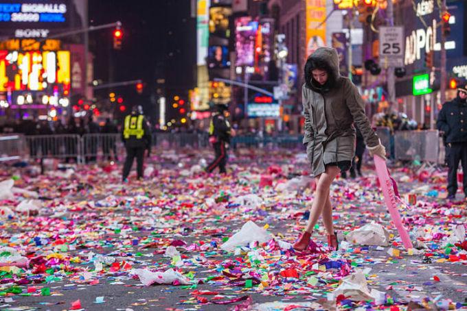 Bức ảnh này được chụp tại Quảng trường Thời Đại, Mỹ sau giờ khắc giao thừa. Những gì còn sót lại là rác. Ảnh: Flickr