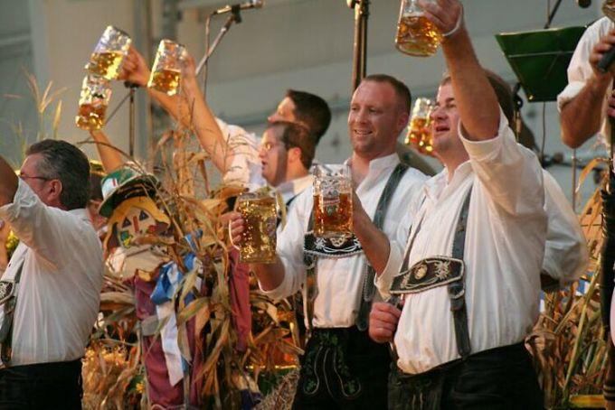 Cái tên tiếp theo được mọi người nhắc đến là Lễ hội bia Oktorberfest, Đức. Đây là lễ hội bia nổi tiếng nhất thế giới, nhưng du khách phàn nàn rằng sự kiện này đang dần mất đi sự hấp dẫn vì lượng khách tới quá đông và mọi thứ thực sự đắt đỏ. Đồ ăn vẫn ngon, nhưng mọi thứ thật đắt. Ảnh: Flickr