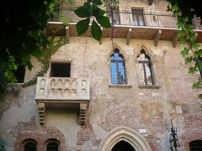 Ban công nơi Romeo và Juliet gặp gỡ tại Verona, Italy là cái tên tiếp theo đuọc nhắc đến. Những người từng ghé thăm cho biết nơi này thực sự đơn thuần chỉ là một điểm du lịch, không hơn không kém. Ảnh: Flickr