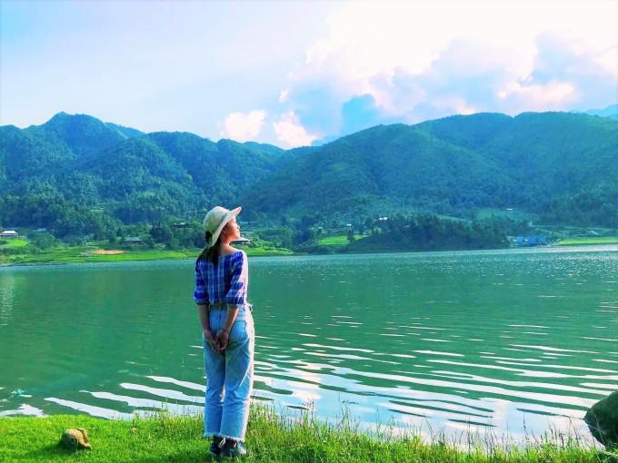 Check-in bên hồ nước trong xanh, khung cảnh thơ mộng tại Séo Mý Tỷ. Ảnh: Hướng Giáy Sa Pa