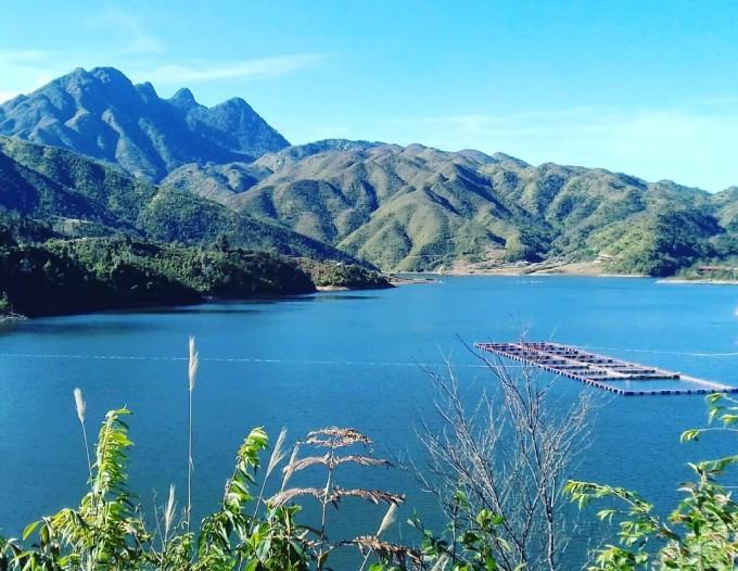 Bao quanh thôn Séo Mý Tỷ là núi non chập chùng. Ảnh: @quabongbonglan/Instagram