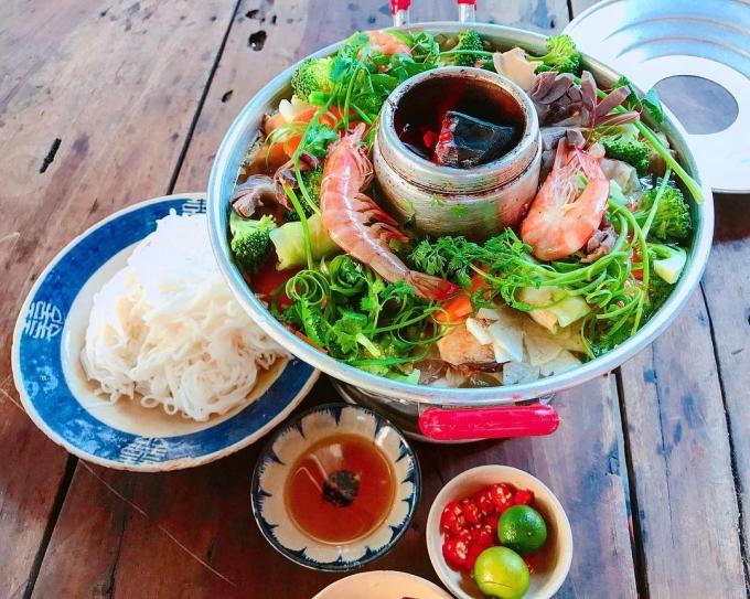 Lẩu cù lao ở miền Tây có nước dùng ngọt đậm đà từ xương và thịt, đồ ăn kèm phong phú và bày trí đẹp mắt, dùng chung với bún tươi. Ảnh: @anyen_makeup/Instagram