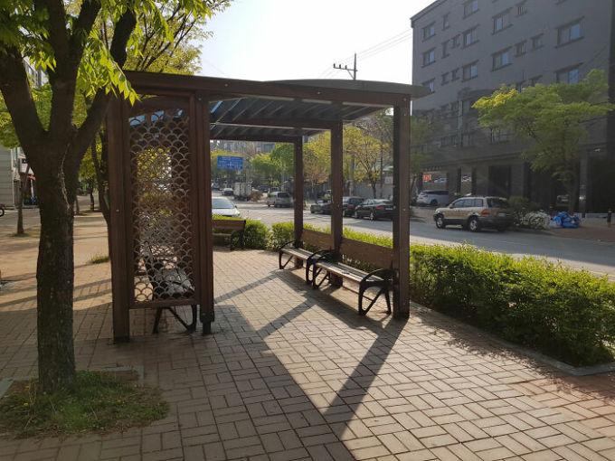 Tại thành phố Ansan, tỉnh Gyeonggi, cặp du khách phát hiện ra rằng cứ đi nửa cây số lại có một chỗ để người dân ngồi xuống nghỉ ngơi. Nhiều người nói rằng, họ yêu thích sự tiện lợi này. Còn bạn, điều gì tưởng chừng như bình thường ở Hàn Quốc lại khiến bạn thích thú, bất ngờ nhất?