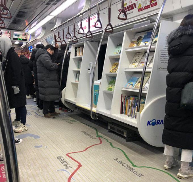 Điều tiếp theo khiến cặp đôi ngạc nhiên chính là trên một toa tàu điện ngầm ở Seoul có một thư viện sách mini. Đây là điều mà những người thích đọc sách chắc chắn yêu thích. Bên cạnh đó, hai du khách cũng chia sẻ về việc đi chơi với đồng nghiệp nhiều lần một tuần sau giờ làm, cùng nhau ăn tối và uống rượu đến khuya cũng phổ biến ở đây. Chúng tôi chắc chắn phải giảm bớt thời gian ngủ của mình, nhưng rất vui khi được sống, làm việc tại Hàn Quốc, Hammer nói. Ảnh: Reddit