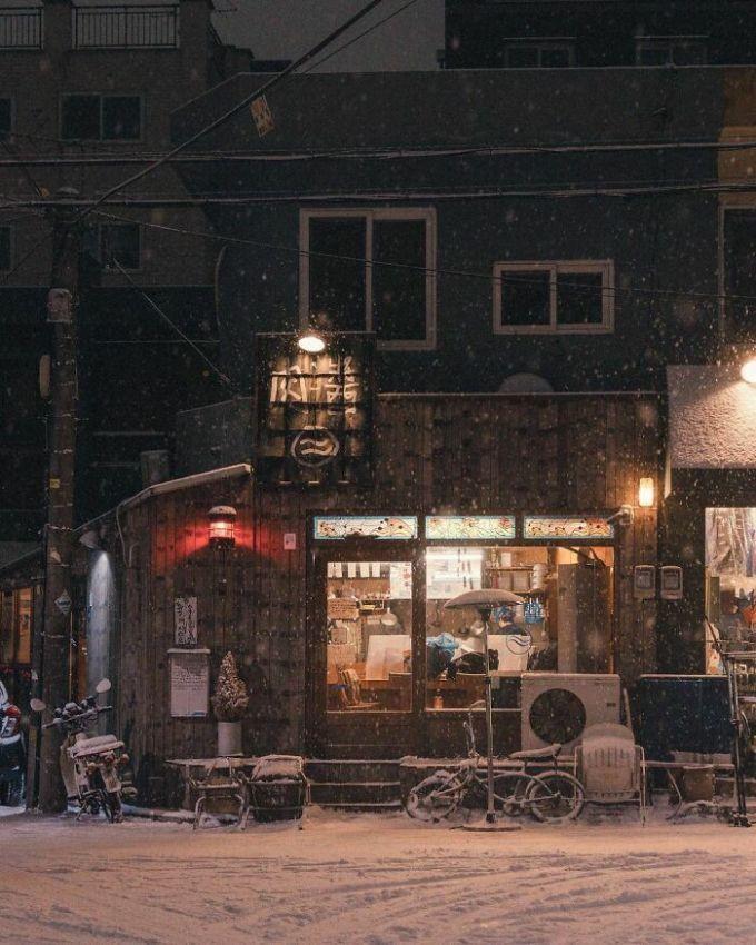 Trên ảnh là một nhà hàng nhỏ, bình dị nằm giữa lòng Seoul như bao nhà hàng khác. Nó được chụp vào một tối tuyết rơi, khiến khung cảnh trở nên vô cùng lãng mạn. Nhiều người nói rằng khi nhìn ngắm bức ảnh này, họ ngỡ như đang lạc vào xứ sở thần tiên. Ảnh: Instagram