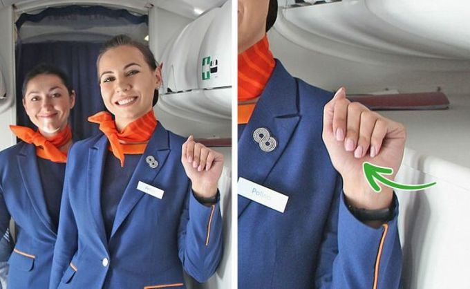 Không được sơn móng tay đenViệc làm móng tay rất quan trọng đối với tiếp viên hàng không vì họ tiếp xúc với hành khách rất nhiều. Do đó, móng tay của họ phải luôn ngắn, sạch sẽ, gọn gàng và được chăm sóc tốt. Một số hãng bay thậm chí còn có quy định về màu sắc của móng tay, không được có màu sắc điên rồ hoặc để dài, cầu kỳ.